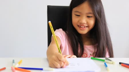 ručně malovaná : Little Asian girl drawing a picture on the table Dostupné videozáznamy