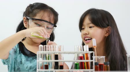 maior : 00:03 | 00:12 1×  Little Asian student girl making science experiments. Education Vídeos