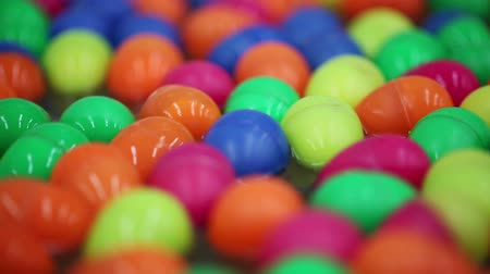 şanslı : Colorful of lucky balls or eggs floated in water for gamble
