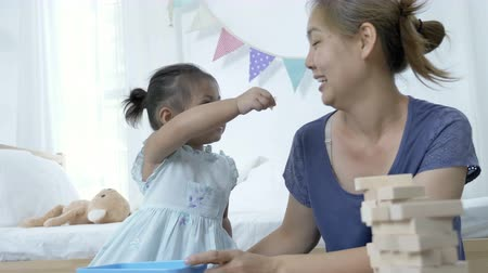 korejština : 4K : Happy Asian child feeding potato chips for her mother