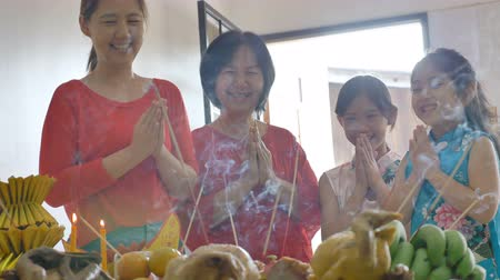 ano novo chinês : 4K : Happy Asian Family praying for a prosperous in Chinese New Year Celebrations Vídeos