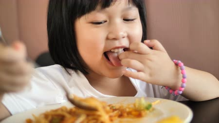 spagetti : 4K Happy Asian child eating delicious spaghetti Wideo