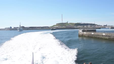 бортовой : ferry leaving harbor on Helgoland island on sunny summer day Стоковые видеозаписи