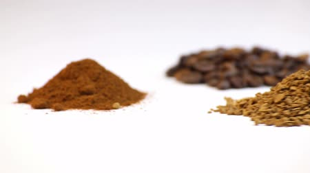 oldódó : Three kinds of coffee, focusing on white background