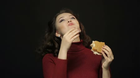 hambúrguer : Young woman eating burger, closeup shooting