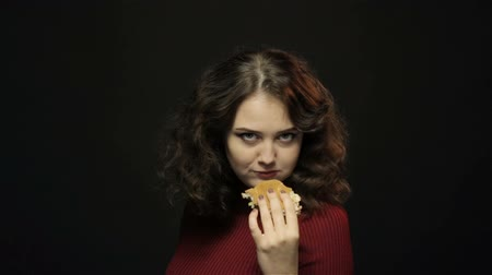 étkezik : Beautiful woman eating burger, closeup shooting Stock mozgókép