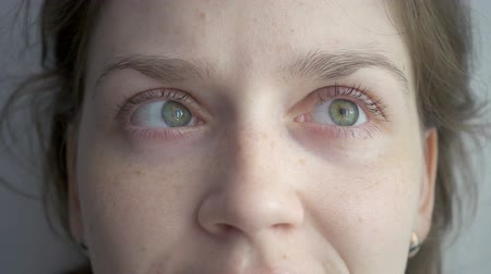 freckles : Blond woman rotating her green eyes