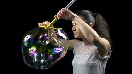 hůlky : Attractive girl releasing soap bubbles