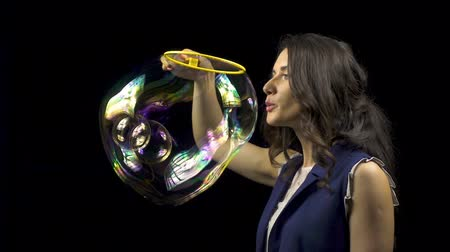 hůlky : Beautiful woman blowing soap bubbles Dostupné videozáznamy
