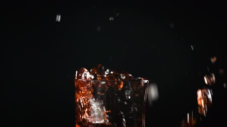 гранат : Splashes and garnet juice in glass