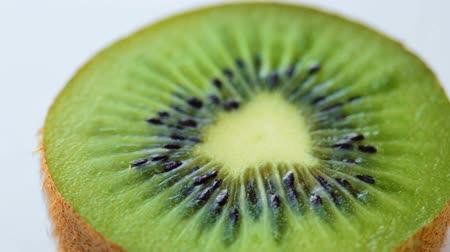 kivi : Turning slice of kiwi Stok Video