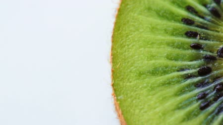 kivi : Turning slice of fresh kiwi Stok Video