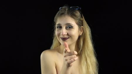 naga : Blond woman showing thumb Wideo