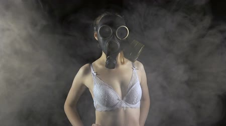 sutiã : Young girl in gas mask in bra