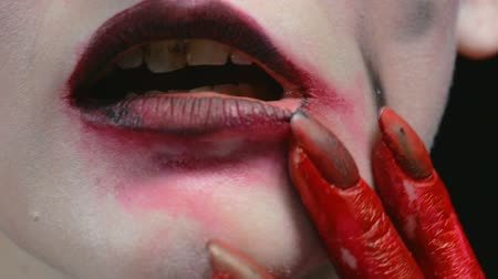 pohanský : Girl with blood hands and smeared lipstick Dostupné videozáznamy