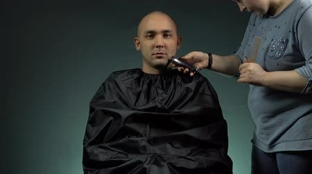 резать : Hairstylist and bald man