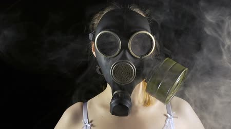 sutiã : Young woman in gas mask and smoke Vídeos