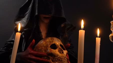 koponya : Woman and skull among candles