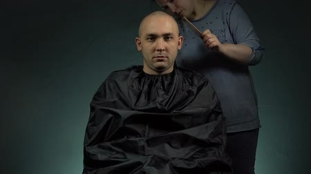 бритье : Hairdresser shaving soldier