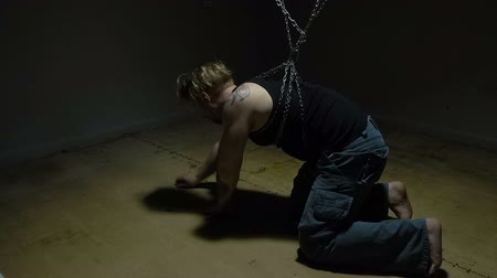 geri çekilme : Captive bound in chains