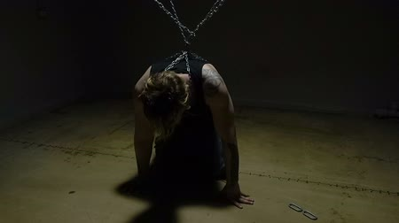 geri çekilme : Crazy blond captive bound in chains