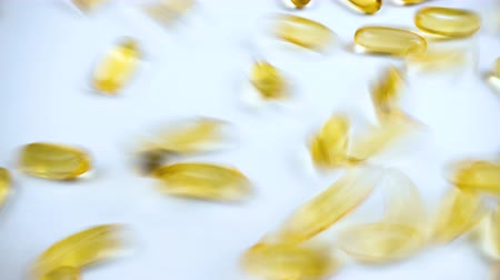 morina : Video of yellow fish oil in capsules Stok Video