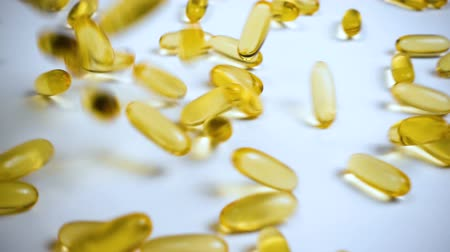 morina : Falling fish oil in capsules, slow motion Stok Video