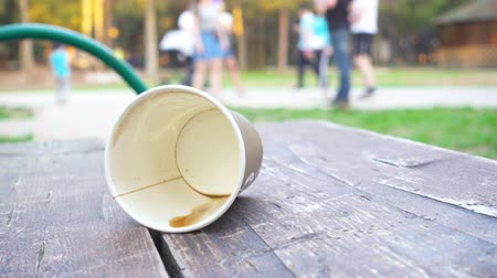 reutilizável : Disposable cup on the bench