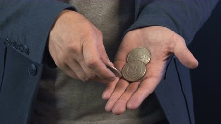 feiticeiro : Illusionist showing trick with coins