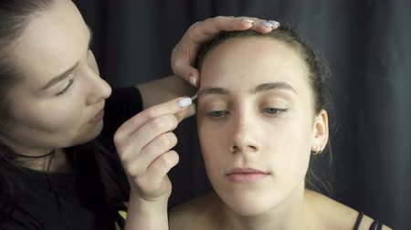 eyebrow correction : Video of master plucking eyebrows