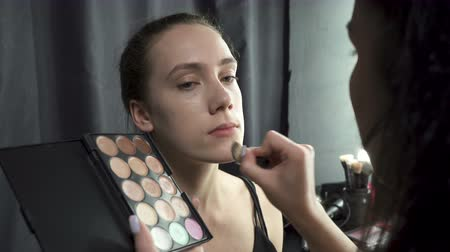 бежевый : Video of master applying foundation powder