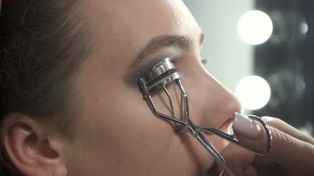 стегать : Video of visagist using eyelash curler