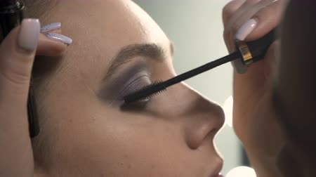 szempillák : Video of visagist applying black mascara