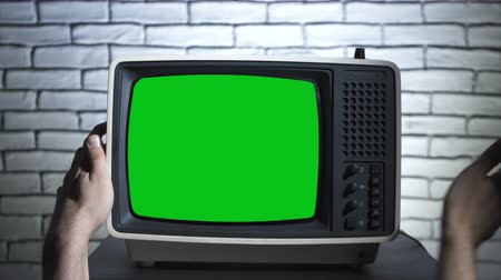 korkunç : Retro tv with chroma key and humans hands Stok Video