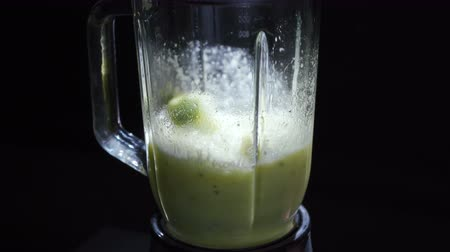kivi : Video of cooking smoothie in a blender Stok Video