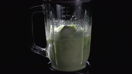 harmanlanmış : Shaking dietary vegetables in a blender