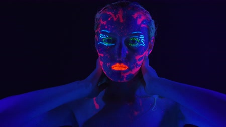 ibolya : Young woman with bright bodyart in ultraviolet light Stock mozgókép
