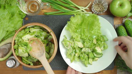 okurka : Video of cooking green salad on board with vegetables Dostupné videozáznamy