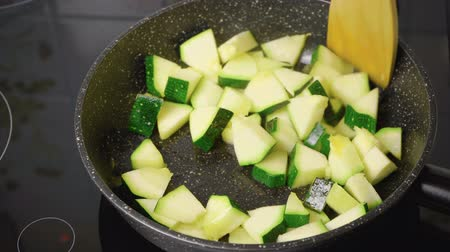 groene groenten : Video of cooking braised zucchini Stockvideo