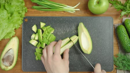 saŁata : Video of cooking green salad with vegetables on board Wideo