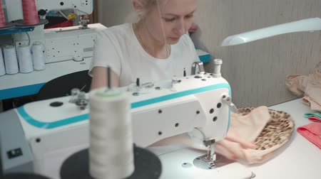 coudre : Tailor sewing panties on electric machine in workshop