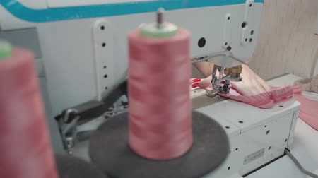 forro : Video of tailor sewing clothes on machine in workplace Stock Footage