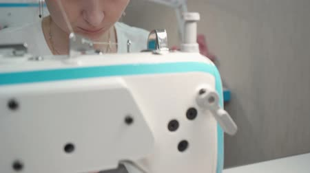 forro : Video of tailor sewing on electric machine in workshop