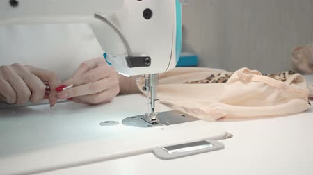 шов : Video of tailor woman sewing clothes on electric machine in workshop