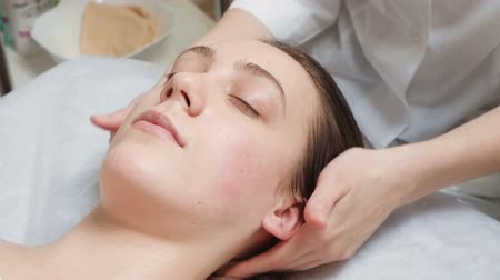 kosmetyki : Video of lying woman gets a spa course in salon