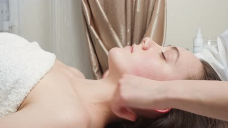 Video of woman gets a skin care course in salon Vídeos