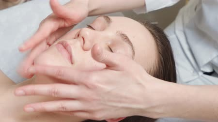 kosmetyki : Video of lying woman gets a spa course in clinic
