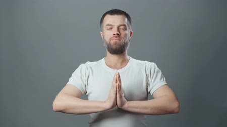 cabelos grisalhos : Video of meditating young man with beard Vídeos