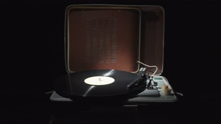 sedmdesátá léta : Video of a retro gramophone with a spinning record Dostupné videozáznamy