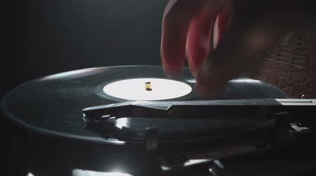 grammofono : Video di un grammofono retrò e disco in vinile Filmati Stock